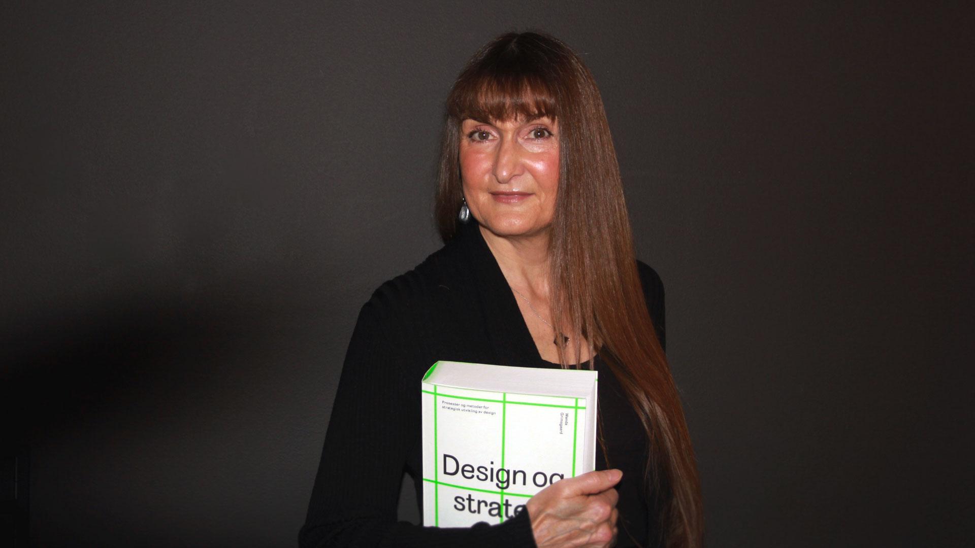 «Design og strategi» av Wanda Grimsgaard er en grunnbok i strategi og design. Foto: Sidsel Lie.